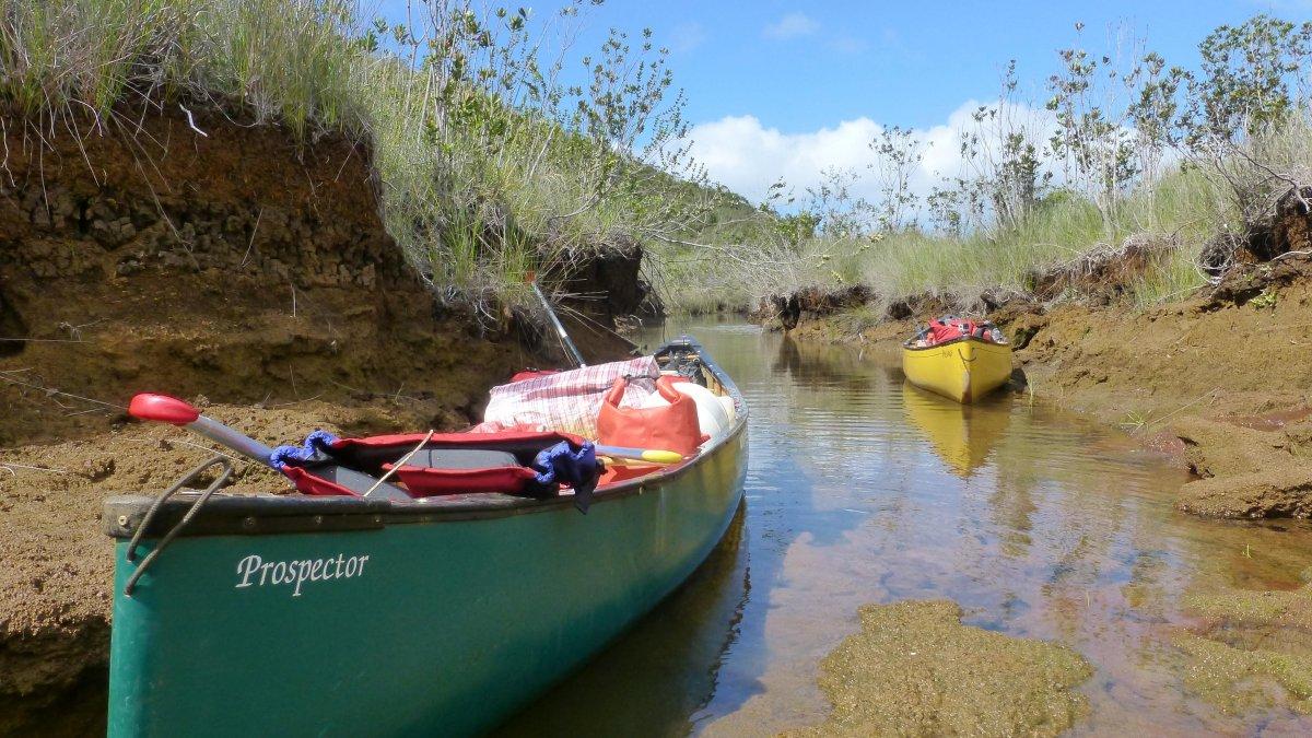 Canoes exploration des rives du lac de Yaté - Exploring Yate Lake New Caledonia