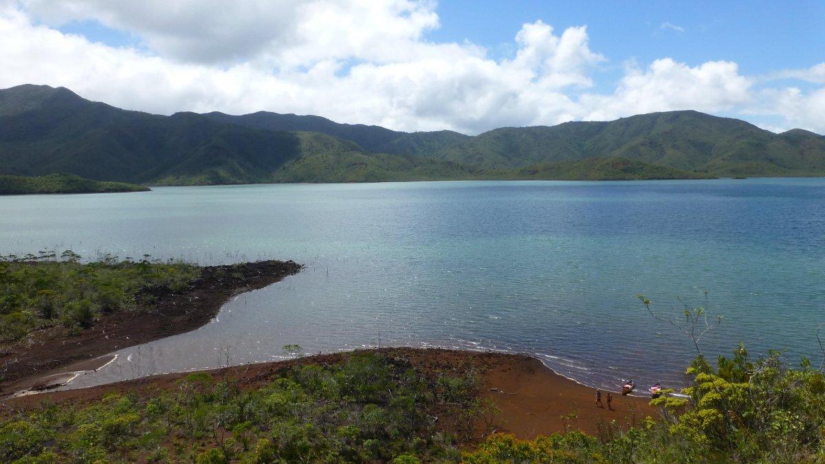 Canoes canadiens exploration des rives du lac de Yaté - Exploring Yate Lake New Caledonia