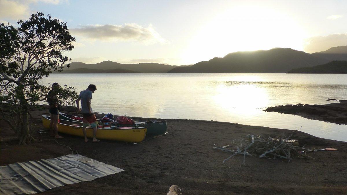 Bientôt le crépuscule sur le lac Yaté - soon sunset exploring Yate canadian canoe