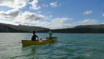Canoes exploration des rives du lac de Yaté - Exploring Yate Lake New Caledonia